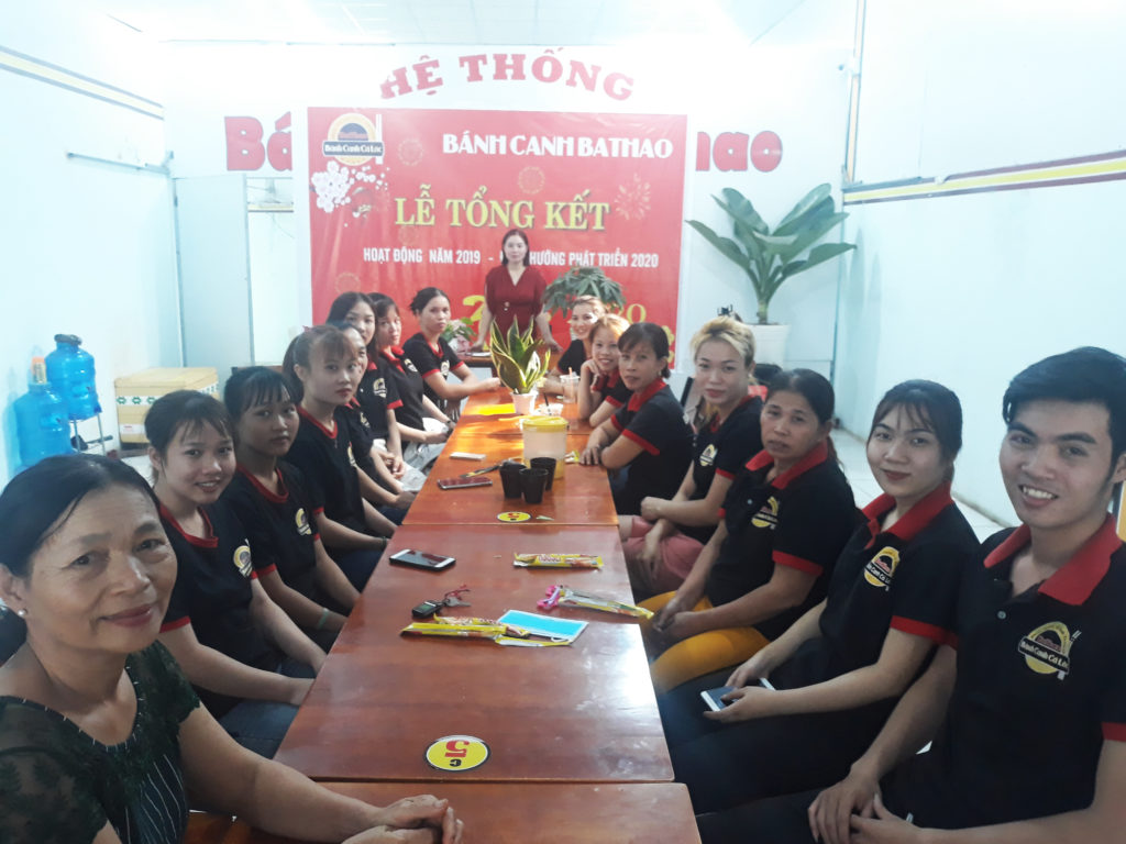 Nhân viên phục vụ tại quán bánh canh cá lóc Miền Trung