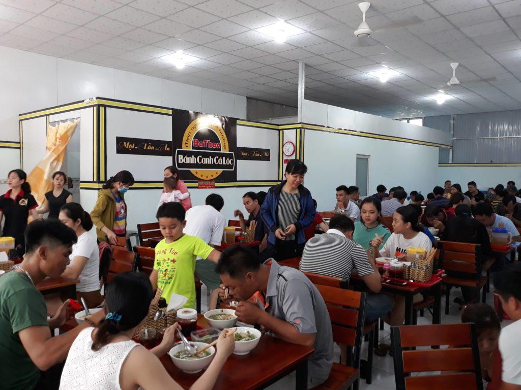 Khách đến thưởng thức món bánh canh cá lóc BaThao